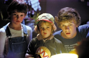 Elliot (Henry Thomas), Gertie (Drew Barrymore) and Michael (Robert MacNaughton) look over their new found friend